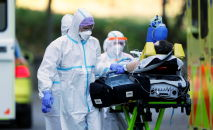 Medical staff members transport a patient infected with the coronavirus disease (COVID-19) after transfer from Zlin region to Prague, Czech Republic, November 6, 2020. REUTERS/David W Cerny